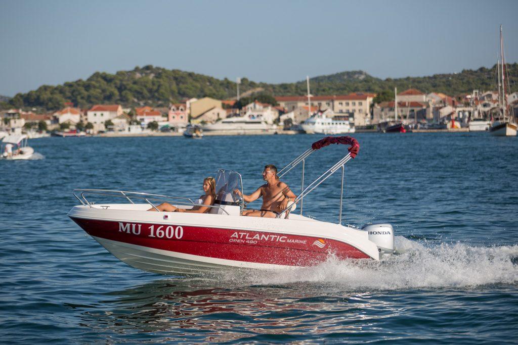 Czerwona łódź Atlantic Marine 490 Open